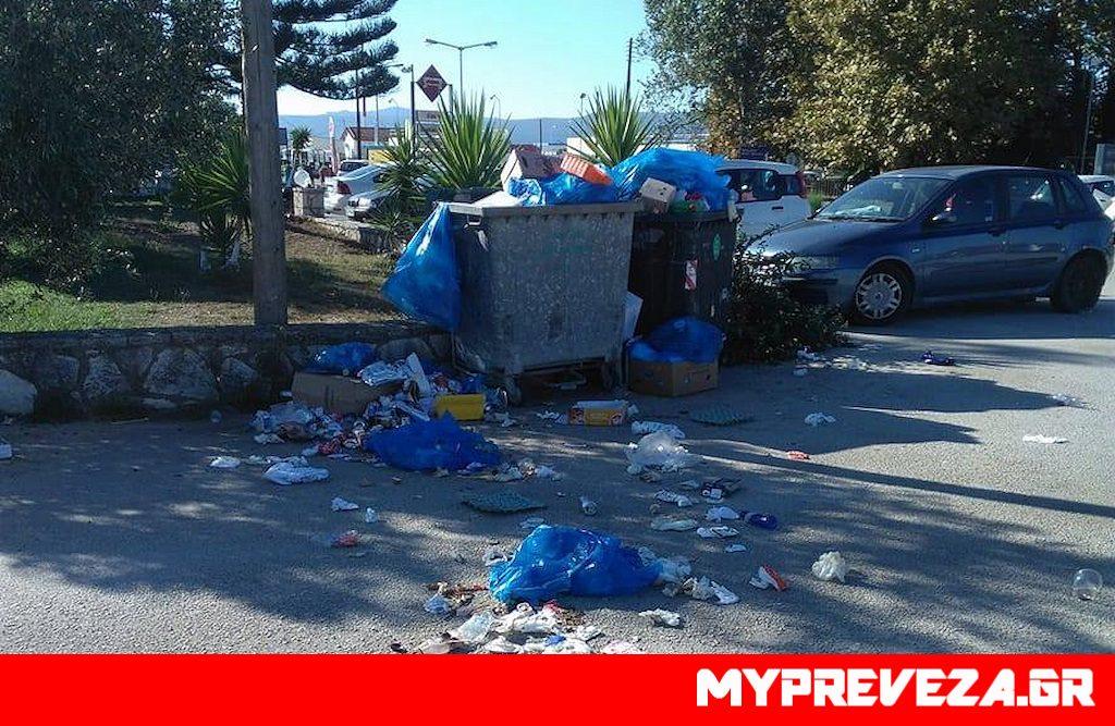 Πρέβεζα: Καλωσήρθατε στο Άκτιο … Βουνό τα σκουπίδια απέναντι από την είσοδο του Αεροδρομίου