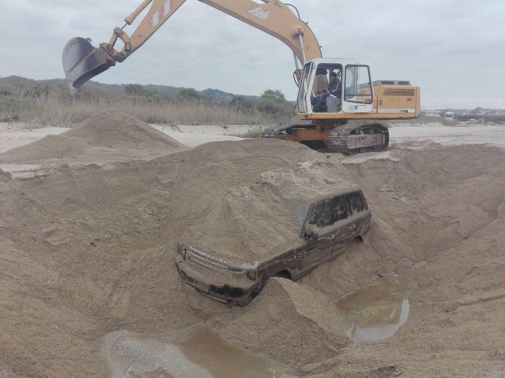 Πρέβεζα: Επιχείρηση ανάσυρσης τζιπ μέσα από την άμμο στο Κανάλι Πρέβεζας