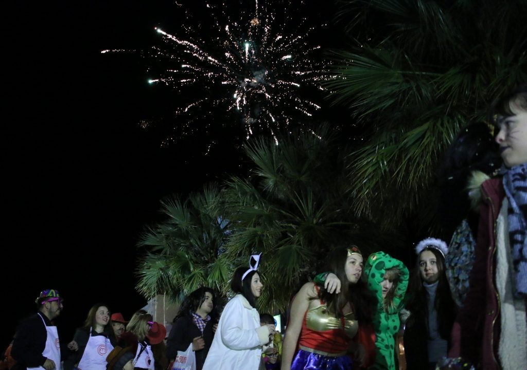 Πρέβεζα: Με πυροτεχνήματα η Ποδαράτη παρέλαση του Καρναβαλικού Κομιτάτου Πρέβεζας