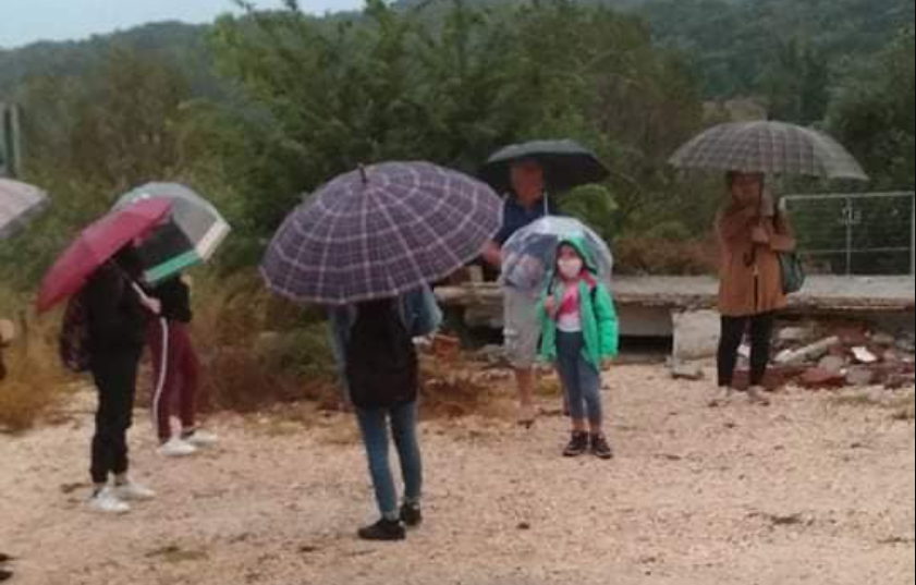 Μαθητές και ηλικιωμένοι περιμένουν μέσα στη βροχή το Λεωφορείο στο Κάτω Κοτσανόπουλο