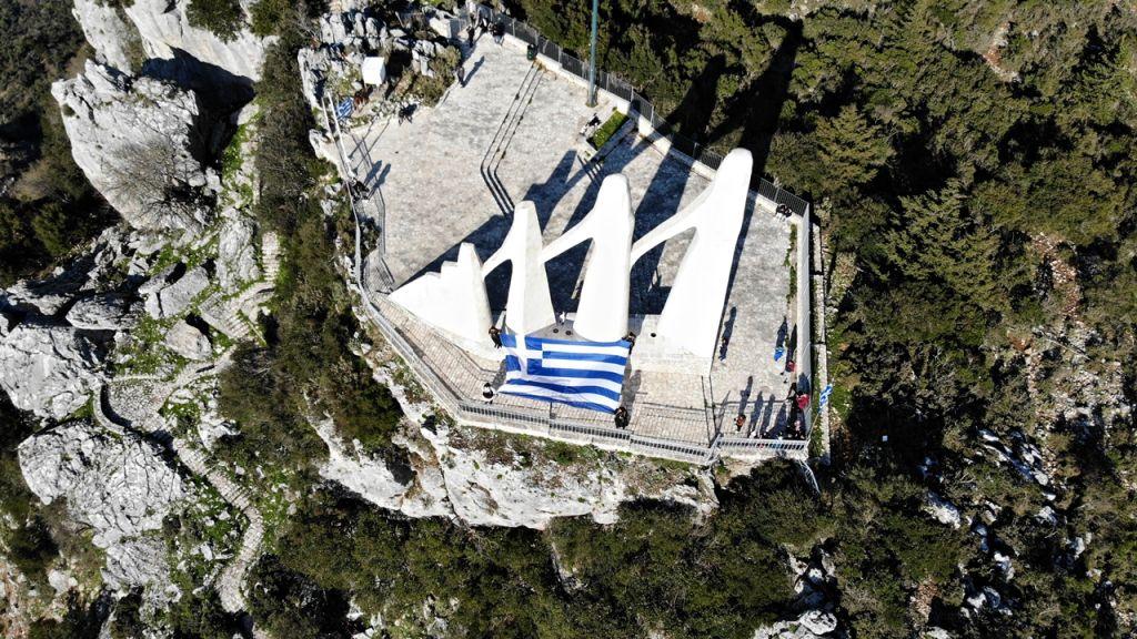 """Πρέβεζα : H Ελληνική σημαία """"κυμάτισε"""" στο Ζάλογγο και τη Λασκάρα"""