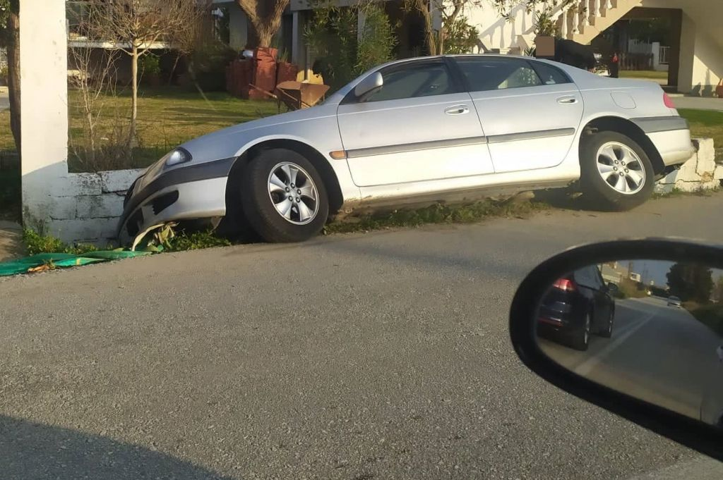 Πρέβεζα : Αυτοκίνητο έπεσε σε χαντάκι στο Ψαθάκι