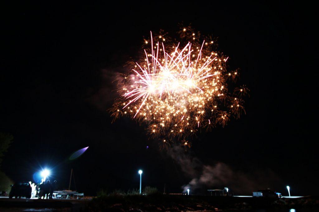 Γιορτάζει ο Άγιος Θωμάς και κάνει την νύχτα μέρα με δεκάδες πυροτεχνήματα