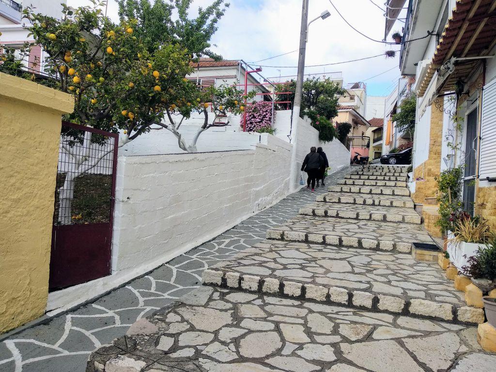 """Πρέβεζα : Ένα όμορφο ανηφορικό δρομάκι με σκαλοπάτια που γνώριζε τη χαρά της γειτονιάς """"Τσαβαλοχώρι"""""""